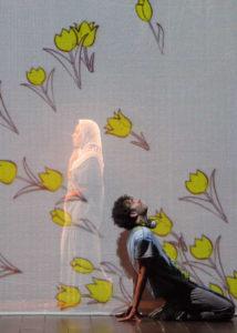 Scena Mahdi con Mamma e tulipani - Falafel Express Spettacolo Teatrale Compagnia Lumen